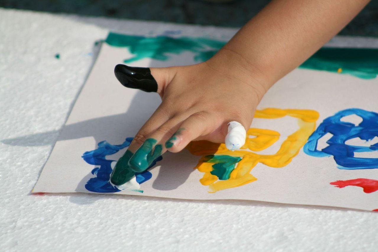 Kolorowanki, wycinanki – kreatywne zabawy plastyczne